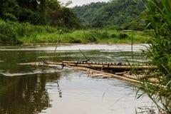 Jangada de bambu velha no rio Fotos de Stock Royalty Free