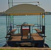 Jangada de flutuação entrada no cais do banco do lago foto de stock