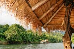 Jangada de Kwai Kanchanaburi do rio do curso de Tailândia & recurso de flutuação imagens de stock