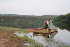 Jangada de log no rio na Suécia imagem de stock royalty free
