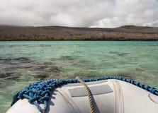 Jangada inflável fora da costa das Ilhas Galápagos imagem de stock royalty free