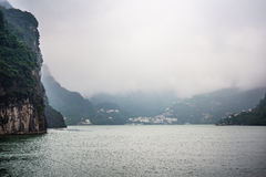 Jangcy na deszczowym dniu, mgiełka pławik nad rzeką fotografia stock