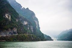 Jangcy na deszczowym dniu, mgiełka pławik nad rzeką fotografia royalty free