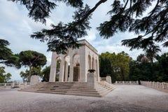 Janiculum hil的陵墓藏有古代遗骨的洞穴看法  免版税库存照片