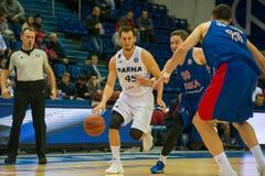 Janis Blums 45 in een basketbalspel stock foto