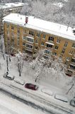 Janitor καθαρίζει το χιόνι από τη στέγη μετά από τις χιονοπτώσεις στη Μόσχα Ρωσία Στοκ Εικόνες