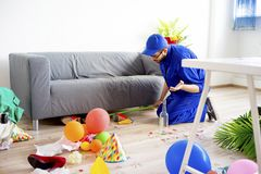 Janitor ο καθαρισμός βρωμίζει Στοκ εικόνα με δικαίωμα ελεύθερης χρήσης