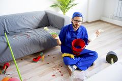 Janitor ο καθαρισμός βρωμίζει Στοκ Φωτογραφίες
