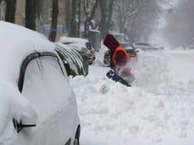 janitor As catástrofes naturais inverno, blizzard, nevadas fortes paralizaram a cidade, colapso Coberto de neve o ciclone Europa fotos de stock