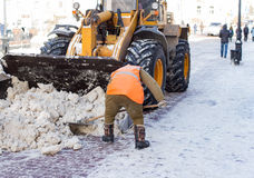 Janitor czyści ulicę śnieg Zdjęcia Royalty Free