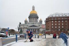 Janitor pracownik usuwa śnieg w centre Petersburg Fotografia Royalty Free