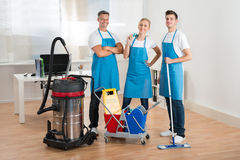 Janitors με την ηλεκτρική σκούπα και τους καθαρίζοντας εξοπλισμούς Στοκ Φωτογραφίες