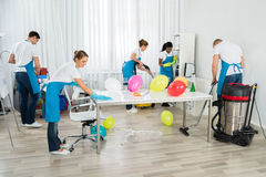 Janitors που καθαρίζουν το γραφείο μετά από το κόμμα Στοκ φωτογραφίες με δικαίωμα ελεύθερης χρήσης