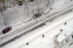 Janitors czyścą śnieg po opadu śniegu w Moskwa Russia 04 2018 Luty Odgórny widok Obrazy Stock