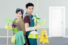 Janitors trzymają cleaning wyposażenie w hotelu Fotografia Royalty Free