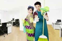 Janitors z cleaning wyposażeniem w biurze Fotografia Royalty Free