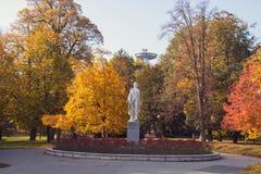 Janko Kral City Park em Bratislava, folhas de outono nas árvores enormes e estátua do poeta no centro foto de stock royalty free