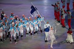 Janne Ahonyen, der die Flagge von Finnland die finnische Olympiamannschaft beim PyeongChang führend 2018 Winterolympiade trägt Lizenzfreies Stockbild