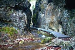Janosikove-diery - ein berühmter touristischer Bestimmungsort in Slowakei Viele Wasserfälle, Bänke, Ketten, Steine und steiles lizenzfreies stockbild