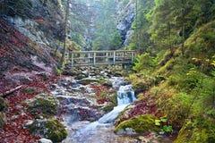 Janosikove diery - sławny turystyczny miejsce przeznaczenia w Sistani Mnóstwo siklawy, ławki, łańcuchy i strome falezy, zdjęcie royalty free