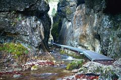 Janosikove diery - sławny turystyczny miejsce przeznaczenia w Sistani Mnóstwo siklawy, siedzą, przykuwają i moczą, kamienie obraz royalty free