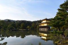 Janpan, Kyoto, pabellón de oro del templo de Kinkakuji en la estación del otoño imagen de archivo