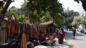 Janpath en Tibetaanse Markt en de bazaar van Dilli Haat in New Delhi, India stock footage