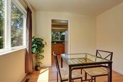 Jantando cadeiras de vime com a tabela de vidro pela janela Fotografia de Stock