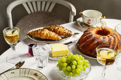 Jantando com bolo de mármore, videira, uva, manteiga e croissant imagens de stock