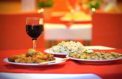 Jantar chinês com 3 pratos e vidros de vinho Fotos de Stock