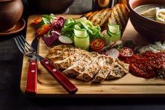 Jantar colocado na sopa da tabela, da cebola e do ovo, arroz, peito de frango foto de stock royalty free