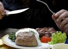 Jantar com bife, espargos e a batata cozida imagem de stock royalty free