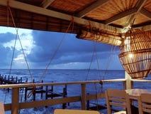 Jantar com opinião do mar Foto de Stock