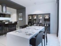 Jantar contemporâneo com a tabela branca servida Fotos de Stock Royalty Free