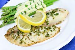 Jantar cozido fresco dos peixes do Tilapia. Imagem de Stock