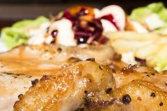 Jantar da carne de porco do bife e lente do macro dos vegetais de salada imagens de stock royalty free