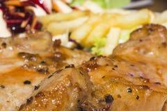 Jantar da carne de porco do bife e lente do macro dos vegetais de salada fotografia de stock royalty free