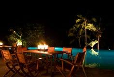 Jantar da luz da vela do Poolside Imagens de Stock