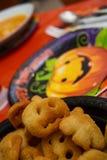 Jantar de Dia das Bruxas com batatas e potenciômetro Imagens de Stock