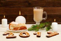 Jantar de Natal, a figura em 2017 do pão-de-espécie, torta spruce do ramo, da vela, do cappuccino e de maçã Imagens de Stock