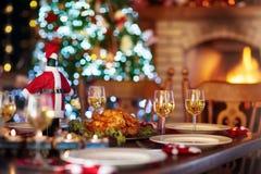 Jantar de Natal no lugar do fogo e na árvore do Xmas imagem de stock