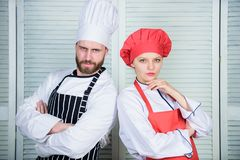 Jantar delicioso da fam?lia Pares das raz?es que cozinham junto Cozinhar com seu esposo pode refor?ar relacionamentos fotos de stock royalty free