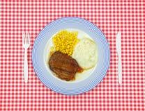 Jantar do bife de Salisbúria no pano vermelho do tabuleiro de damas foto de stock royalty free