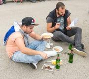 Jantar do turista antes dos jogos de Nestinarski na vila dos búlgaros em Bulgária Foto de Stock Royalty Free