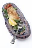 Jantar dos peixes na bandeja cerâmica; forquilha angular Imagens de Stock