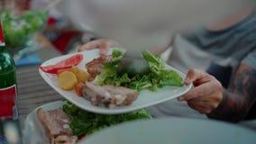 Jantar exterior no alimento e na parte do saque do terraço video estoque