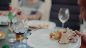 Jantar exterior no alimento e na parte do saque do terraço filme
