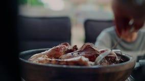 Jantar exterior no alimento e na parte do saque do terraço vídeos de arquivo