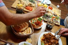 Jantar iftar do Oriente Médio fotografia de stock royalty free