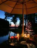 Jantar iluminado por velas romântico pelo lago imagem de stock royalty free